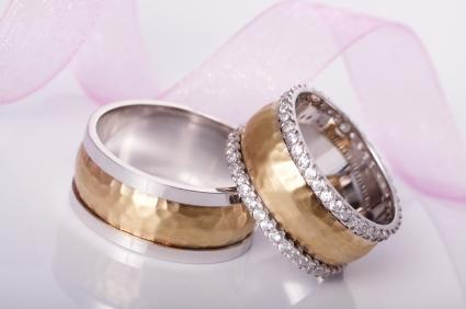 152618-425x282-two-tone-wedding-ring-set